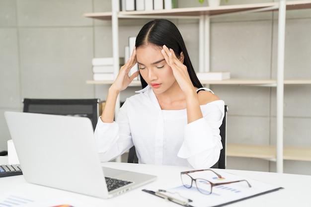 Bedrijfs vrouw ired van het werk in het bureau