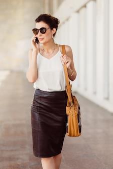 Bedrijfs vrouw met mobiele telefoon