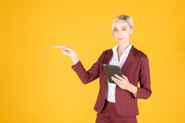 Bedrijfs vrouw richt iets op gele achtergrond