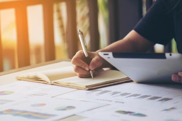 Bedrijfs vrouwen handtekening op document