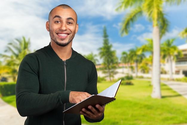 Bedrijfs zwarte man die een boek