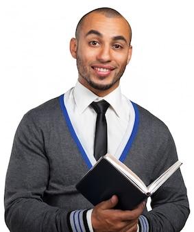 Bedrijfs zwarte mens die een boek houdt