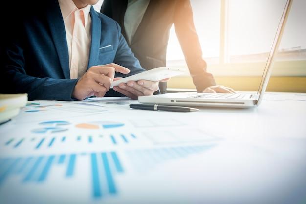 Bedrijfsadviseur analyseert financiële cijfers die de voortgang in het werk van het bedrijf aanduidt