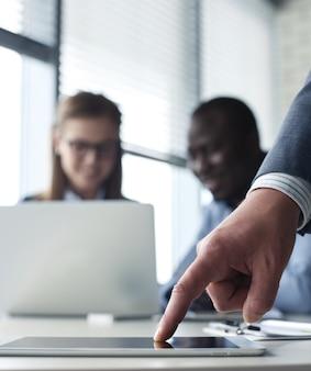 Bedrijfsadviseur die financiële cijfers analyseert die de voortgang in het werk van het bedrijf aangeven