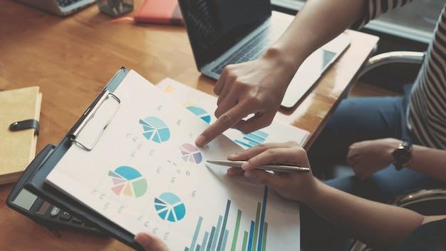 Bedrijfsadviseur die financiële cijfers analyseert die de voortgang van het werk van het bedrijf aangeven