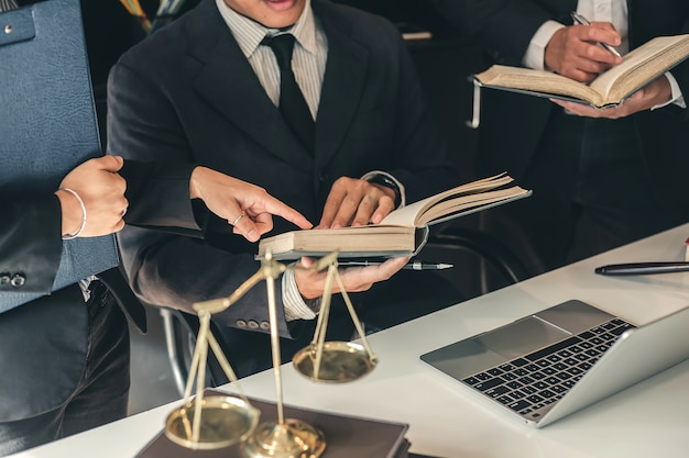 Bedrijfsadvocaatsteam. samenwerken van advocaat in de vergadering.