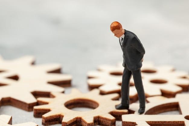 Bedrijfsanalyse. audit van het bedrijf. een zakenman in een pak staat op versnellingen als een symbool van bedrijfsprocessen in het bedrijf