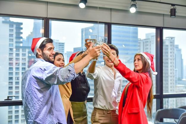 Bedrijfsbureauteam viert kerstmis gelukkig nieuwjaarfeest