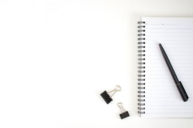 Bedrijfsbureautoebehoren op een wit bureau in een minimalistische stijl met exemplaarruimte.