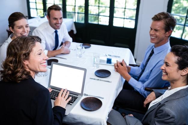 Bedrijfscollega's die een vergadering in restaurant hebben