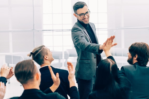 Bedrijfscollega's die elkaar een high five geven