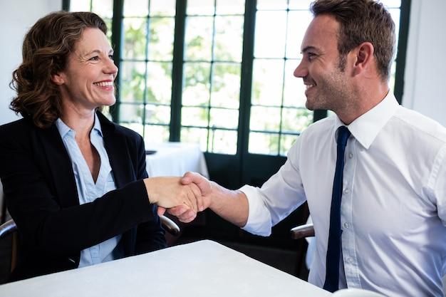 Bedrijfscollega's die handen schudden na een succesvolle vergadering