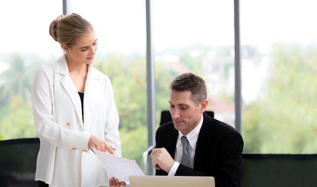 Bedrijfscollega's die in bureau bespreken