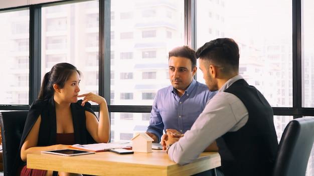 Bedrijfscollega's die in bureau samenkomen