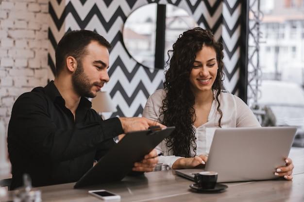 Bedrijfscollega's die in de koffie samenwerken