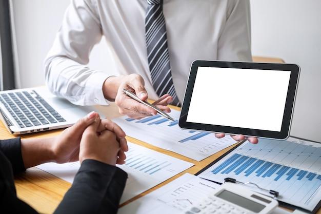 Bedrijfscollegateam dat met nieuwe projectboekhoudingsfinanciën, ideepresentatie en vergadering werkt