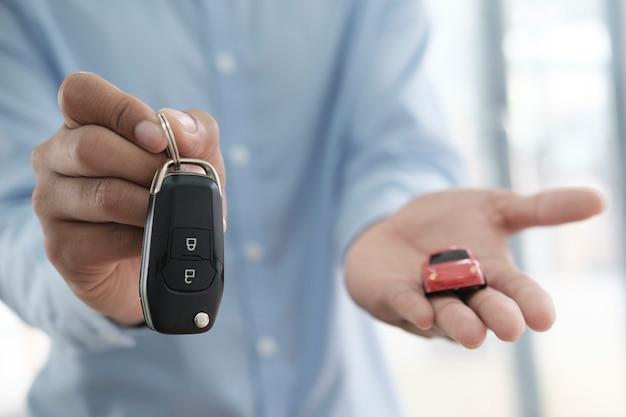Bedrijfsconcept, autoverzekering, auto verkopen en kopen, autofinanciering, autosleutel voor autoverkoopovereenkomst.