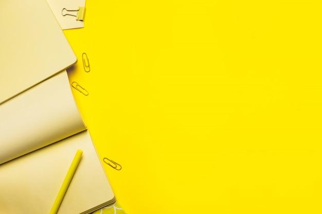 Bedrijfsconcept - bovenaanzicht collectie van lichtgele stof notebooks