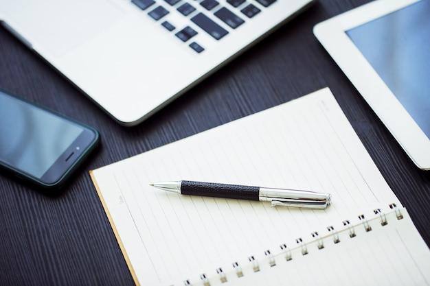 Bedrijfsconcept, bureauwerkplaats met laptop op houten lijst tegen de vensters