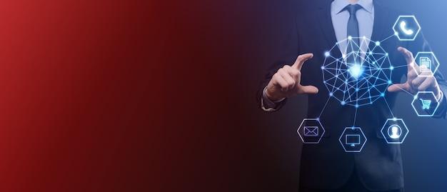 Bedrijfsconcept close-up van de mens met behulp van mobiele slimme telefoon en infographic pictogram van digitale gemeenschapstechnologie.