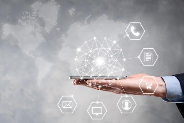 Bedrijfsconcept close-up van man met behulp van mobiele slimme telefoon en infographic pictogram van digitale gemeenschapstechnologie. concept van hi-tech en big data. afgezwakt beeld.