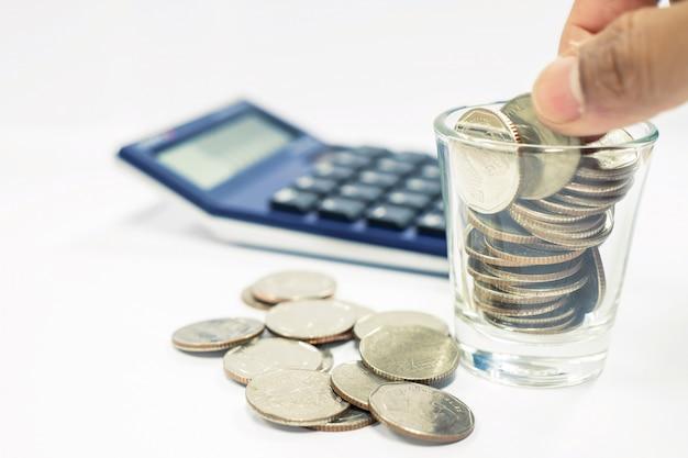 Bedrijfsconcept de bedrijfsmens gebruikt een calculator om voor investering te berekenen