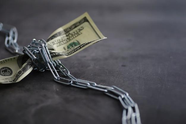 Bedrijfsconcept. de depreciatie van de nationale munteenheid. honderd euro biljet. inflatie en stagnatie. draai het honderd-dollarbiljet vast met een meetketting.
