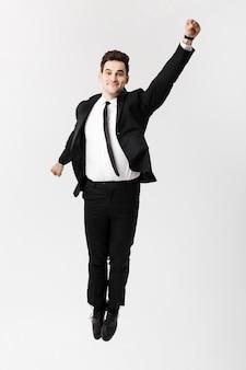 Bedrijfsconcept: het opgewonden succes van de zakenmanviering. geïsoleerd op witte studioachtergrond