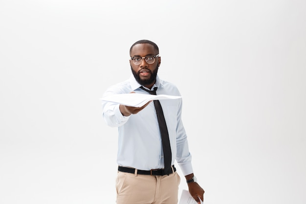 Bedrijfsconcept - jonge boze afrikaanse amerikaanse zakenman terwijl het eten van verslagen rapportdocument. niet succesvol project.