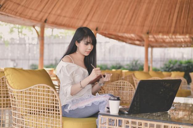 Bedrijfsconcept. jonge onderneemster die in een koffie werkt.