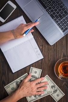 Bedrijfsconcept. kantoorwerk, financiën en krediet. bankieren.