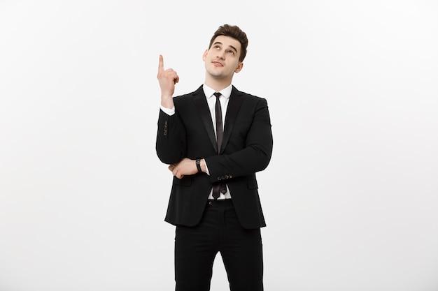 Bedrijfsconcept: knappe zakenman met een vinger omhoog geïsoleerd op witte achtergrond