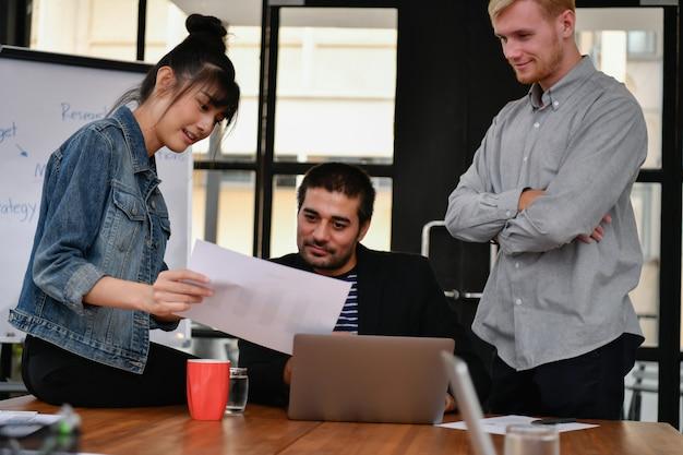 Bedrijfsconcept. mensen uit het bedrijfsleven ontmoeten elkaar op kantoor.