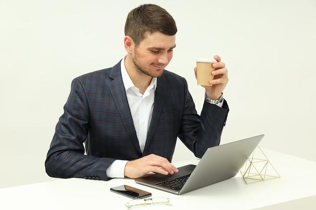Bedrijfsconcept met jonge man aan het werk op laptop.