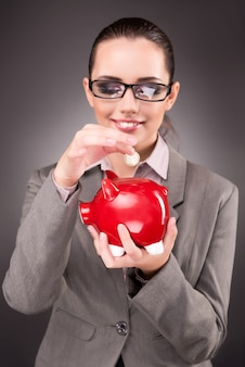 Bedrijfsconcept met zakenvrouw en spaarvarken