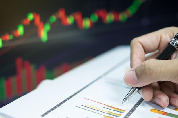 Bedrijfsconcept om geld op investering met grafiekachtergrond te maken