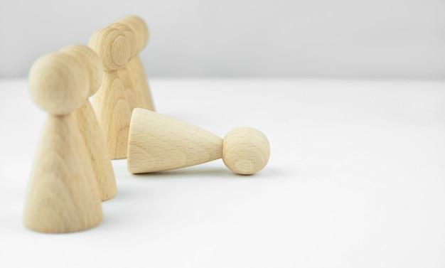 Bedrijfsconcept. personeels werving. koppensnellen. veel personeel. houten mannetjes op een lichttafel. kopieer ruimte.