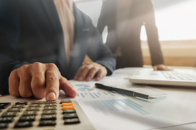 Bedrijfsconcept. rijen munten voor financiën en bank concept met zakenman en vrouw. een metafoor van internationaal financieel advies.