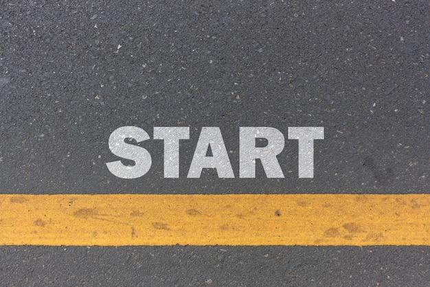 Bedrijfsconcept. startlijn op de weg