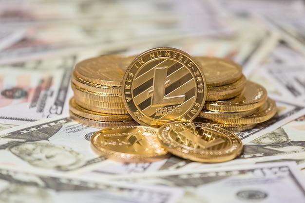 Bedrijfsconcept van cryptovaluta. gouden lightcoin op amerikaanse dollars close-up.