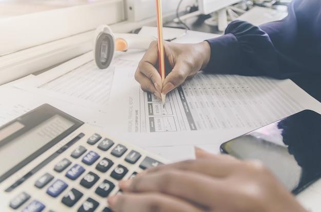 Bedrijfsconcept van financiële en boekhoudkundige met papieren blad van planningsgegevens.