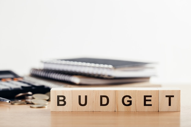 Bedrijfsconcept van planning 2021. houten kubusblok met woord budget op bureau. kopie ruimte.