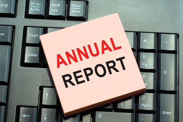 Bedrijfsconcept voor financiële beoordelingsrecord geschreven op notitiepapier op zwart toetsenbord