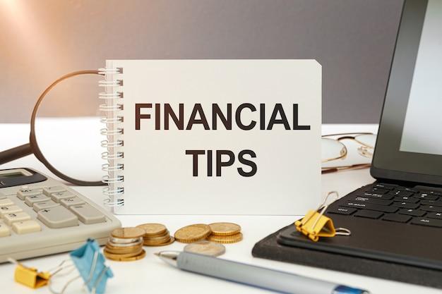 Bedrijfsconcept - werkruimtebureau en notitieboekje die financiële tips schrijven