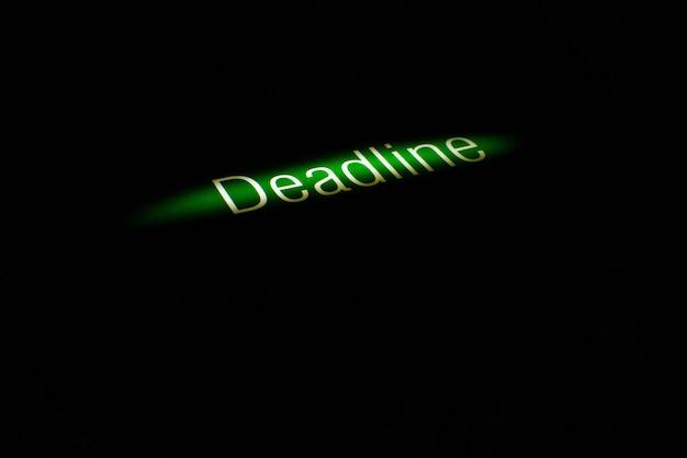 Bedrijfsconcept - woordspelling in witte letters voor tekst deadline in een lijn van licht