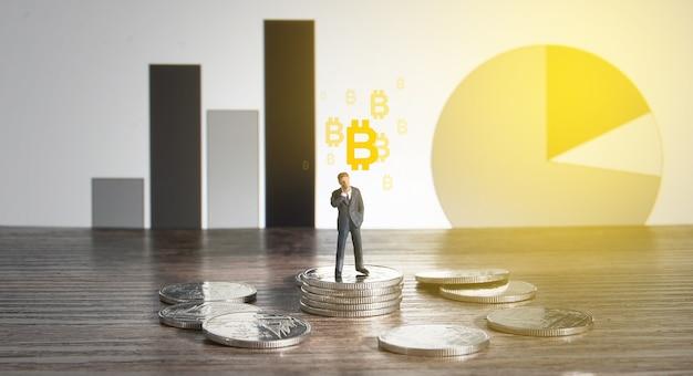 Bedrijfsconcept. zakenman staande op een stapel zilveren munten.