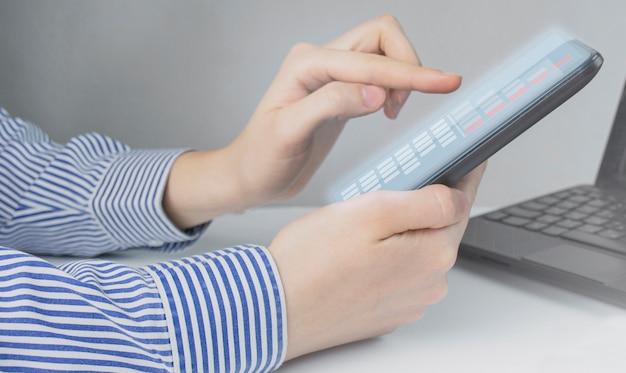 Bedrijfsconcept. zakenman trekt een grafiek op een tablet. herstel en bedrijfsgroei. kopieer ruimte.