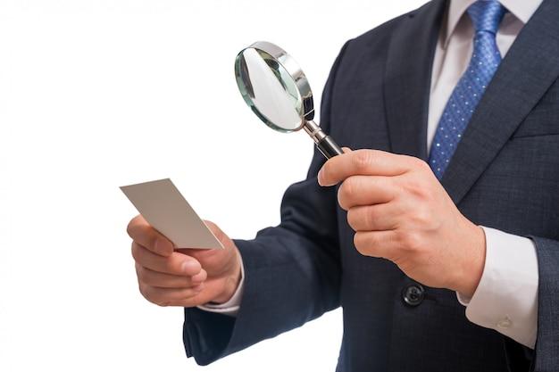 Bedrijfsconcepten. zakenman die leeg adreskaartje toont dat op witte achtergrond wordt geïsoleerd.