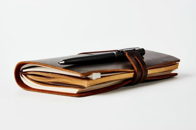 Bedrijfscontactboek en pen, close-up
