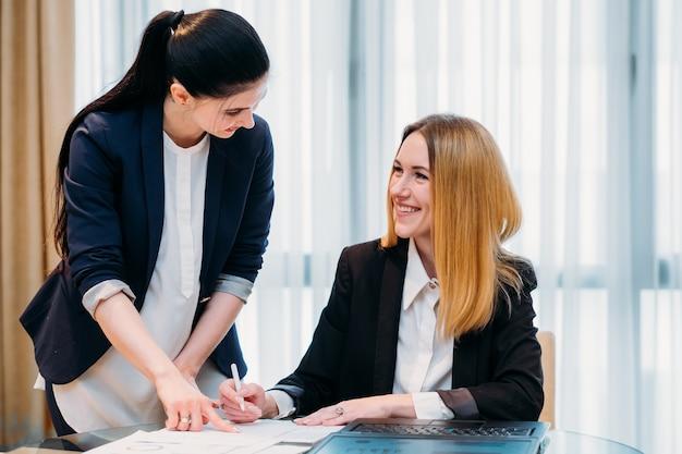 Bedrijfsdame die met haar secretaresse werkt